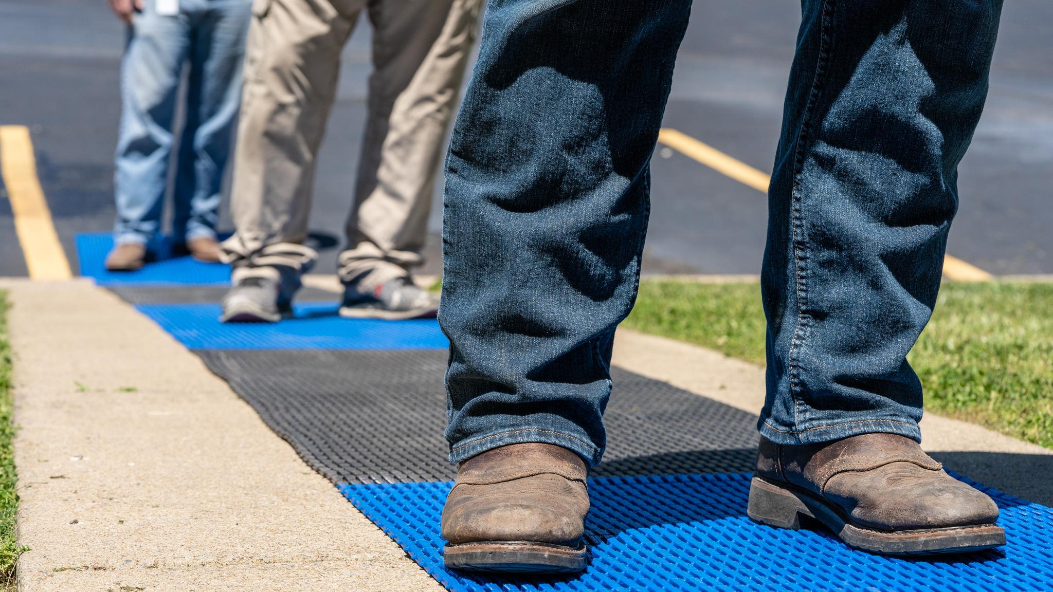 Abstand halten mit Distanz-Bodenmatten